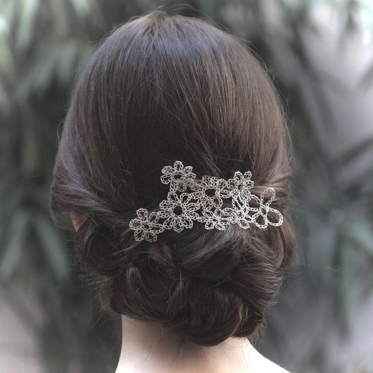 Tocado de novia o tocado de invitada tejido a mano con hilo de plata. Ideal para llevar en semirecogidos o moños. DIADEMA DE PLATA.