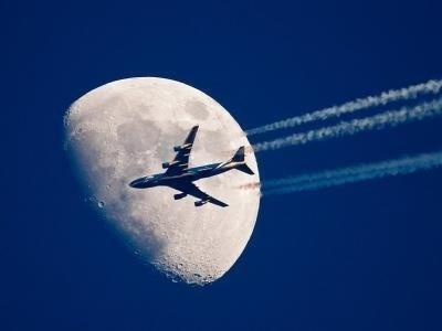Flugzeug am Himmel (Foto: DPA)