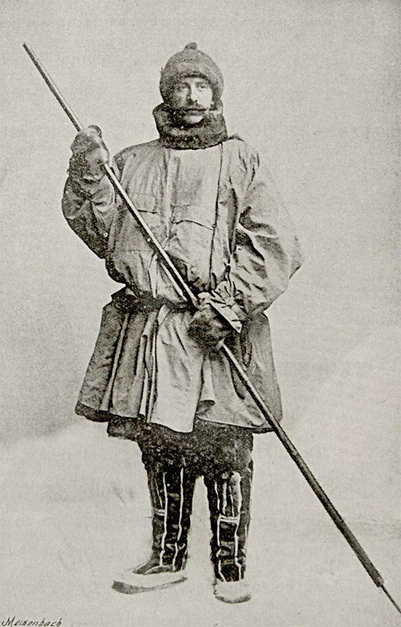 1897 | O explorador Major F.G. Jackson, famoso por mapear partes do Círculo Ártico, vestindo Burberry.