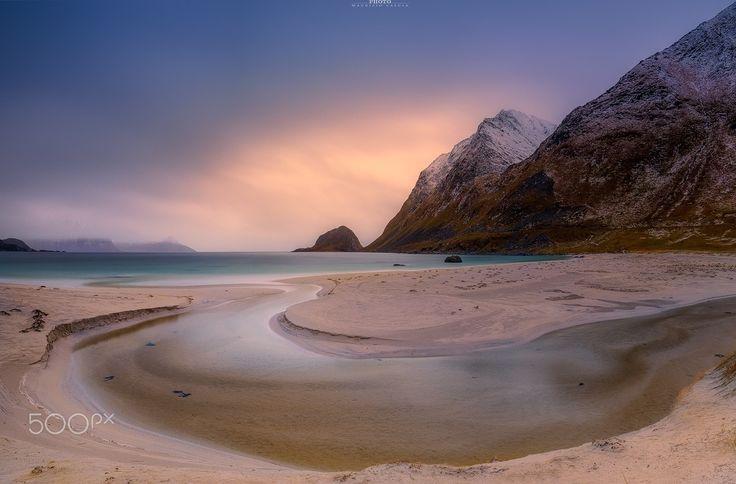 Haukland panoramic - Haukland, situato nel centro delle isole Lofoten ( Norvegia ) è una caratteristica spiaggia attraversata da un corso d'acqua, che durante le fasi conclusive della giornata regala spettacoli fantastici. Scatto effettuato con i fantastici filtri Nisi nd 6 e C-pl v5