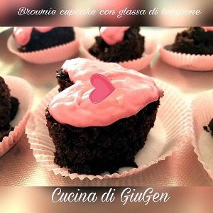 Cuore di brownie cupcake con glassa al lampone. Cocoa brownie cupcake heart with raspberry frosting.