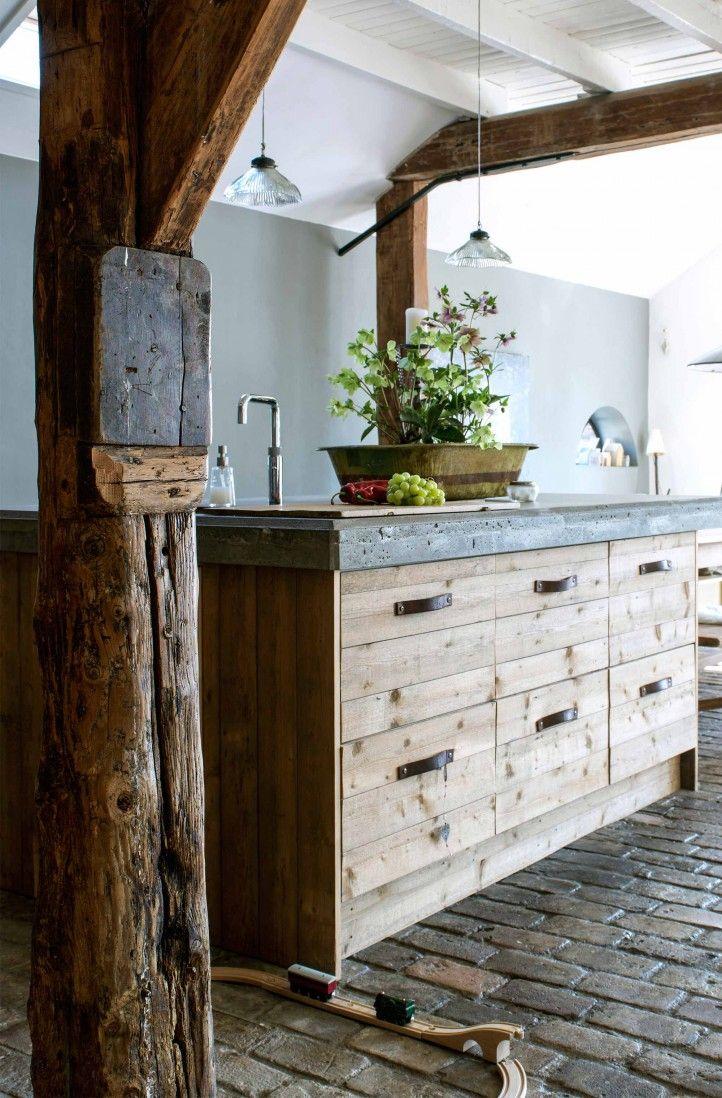 Rond een ikea keuken werd een houten ombouw gemaakt.