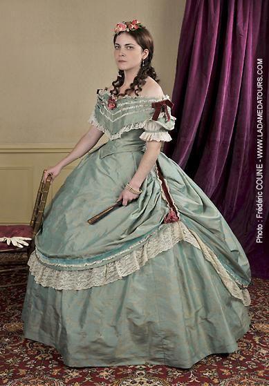 Robe de bal vers 1864 - surjupe bordée de dentelle et relevée par un ruban  de velours- corsage à berthe bordé de dentelles - petites manches bouffantes en tulle - soie sauvage.