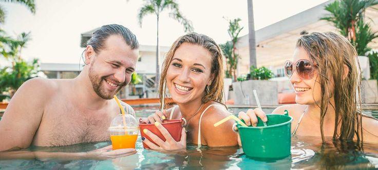 Sommer, Sonne, Strand und Meer – genauso möchten wir die warme Jahreszeit in vollen Zügen genießen! Gerade Geburtstage im Sommer können individuell und feuchtfröhlich vonstattengehen. Denn bekanntlich werden die Tage im Sommer länger, das Wasser wärmer und die Drinks kühler. Wenn auch Sie ein Sommer-Kind sind, dann sollten Sie zu Ihrem #Geburtstag eine ultimative #Pool-Party schmeißen!