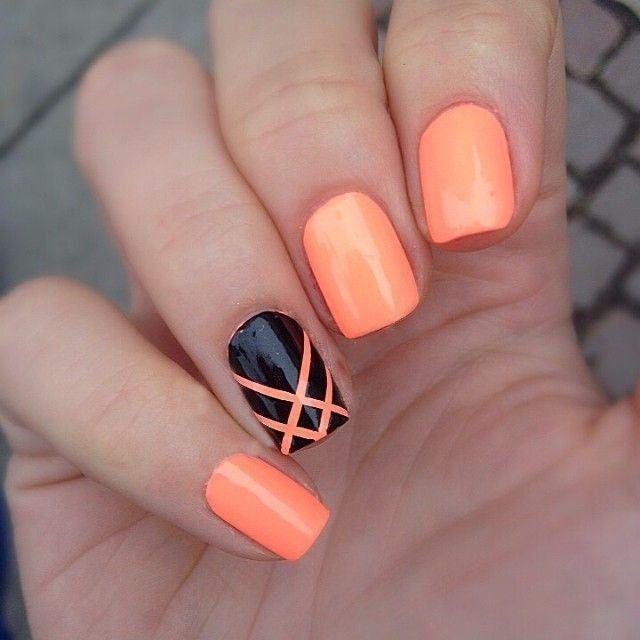 Uñas decoradas con esmalte color naranja y negro