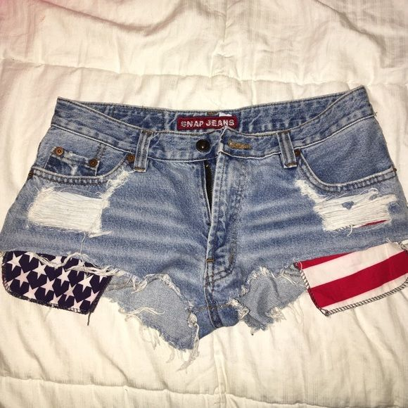 Snap jeans cut off American shorts Very cheeky! The tag says 29 but fit around my waist at a size 26. Snap Shorts Jean Shorts