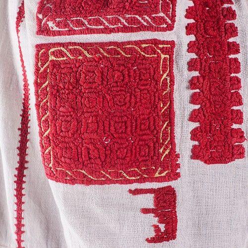 Analiza etnografică plasează această ie în perioada anilor 1910-1925. Este o piesă unicată, de costum tradițional românesc, în stare bună. Altița are model geometric, format din spirale înscrise în pătrate, iar mânecile sunt decorate cu model floral. Pe piept, ia are același model geometric, îmbogățit cu două șiruri de trandafiri.  #RomanianBlouse #FloriDeIE #TraditionalMotifs