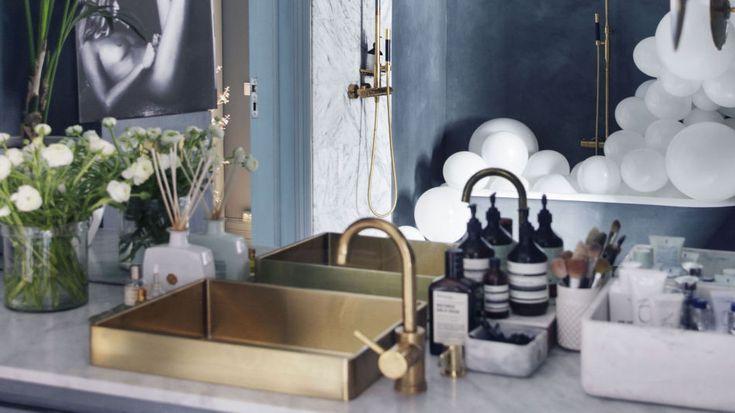 LUKSUSFØLELSE PÅ BUDSJETT: Med enkle grep har interiørekspert Tone Kroken skapt drømmebadet. Dette er hvordan hun styler det til fest. Styling og foto: Tone Kroken og Yvonne Wilhelmsen.
