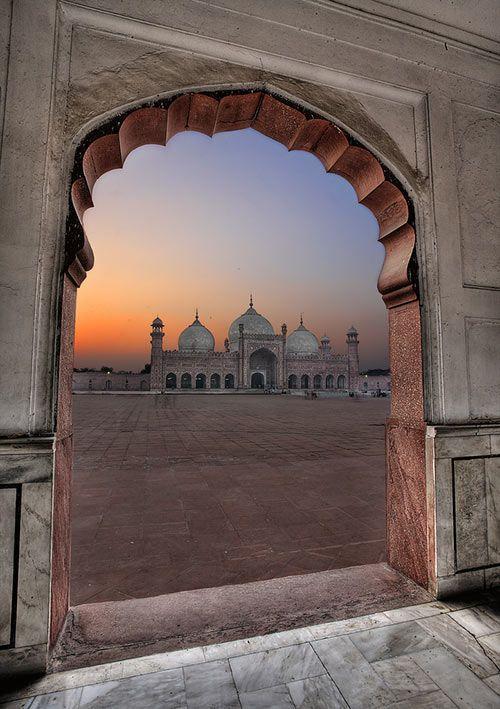 Badshahi Masjid în perspectivă