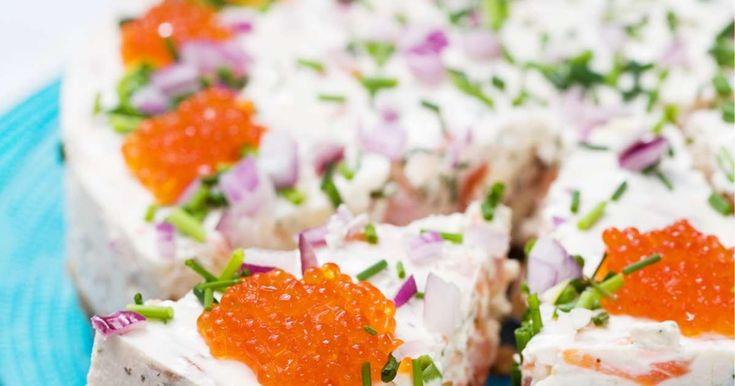 Suolainen lohijuustokakku on juhlapöydän ehdoton kruunu. Suosikkikakun täytteessä maistuu kylmäsavulohi, ja mätikoristelut koristavat kakun juhlaan sopivaksi.