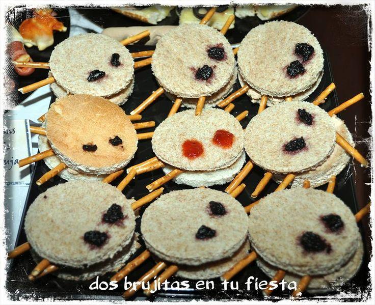 Arañas gigantes . Fiesta halloween. Fiesta temática. Mesa  salada. Candy bar. Mesa dulce. Sandwich araña. Sandwich paté oca, mermelada de tomate y pretzel.Halloween food party