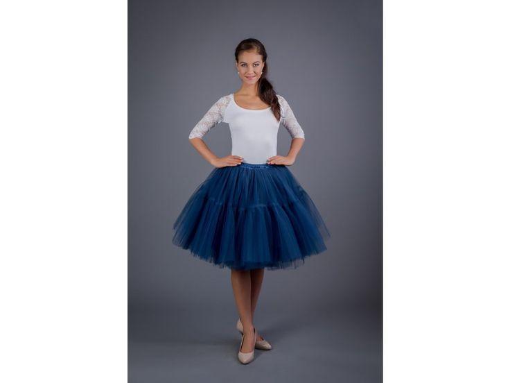 TUTU sukně s volánem - tmavě modrá. stylová tutu sukně v délce 55 cm spodní neprůhledná vrstva ze saténu sukně je ušitá ze 4 vrstev jemného tylu v polovině sukně je našitý volán, který vytváří tvar A sukně je méně řasená v pase a vytváří krásnou...