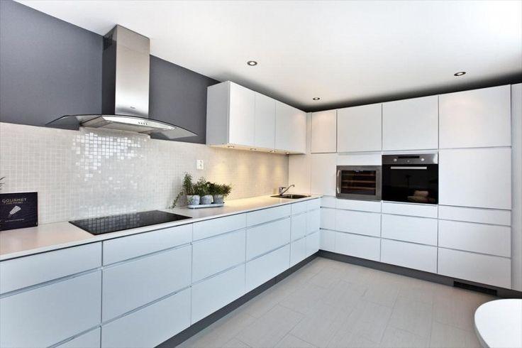 Stilrent kjøkken med slette kanter og gripelister