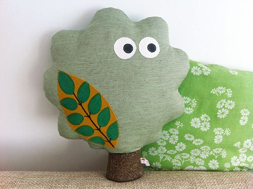 Dein neuer Freund der Baum - in einer besonders kuscheligen Version. Er leistet dir gerne auf dem Sofa Gesellschaft und behält dich dabei genaueste...
