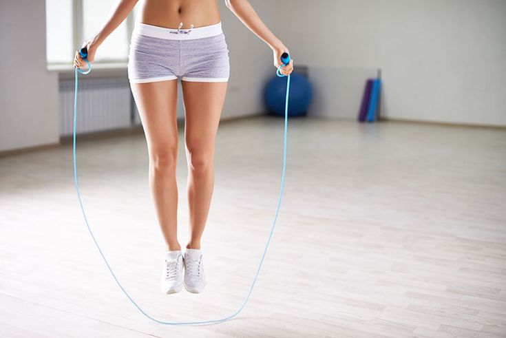 Mulher pulando corda para emagrecer