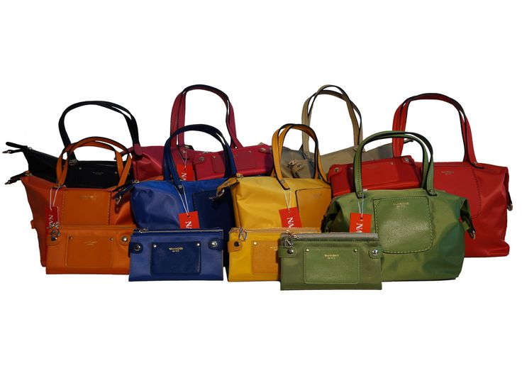 Si trasforma da shopper a bauletto, sempre in nylon coloratissimo e con portafogli abbinati. Perferisci la misura grande o media? E poi, in che colore? Un bel dilemma, vero? Per info e acquisti visita la nostra vetrina su Amazon: http://www.amazon.it/s/ref=sr_nr_p_4_5?me=AMVJO3UPU429R&fst=as%3Aoff&rh=p_4%3ANaj+Oleari&ie=UTF8&qid=1434011998