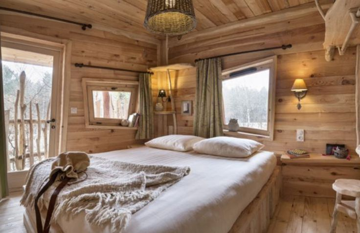 Romantic bedroom in Treehouse, France