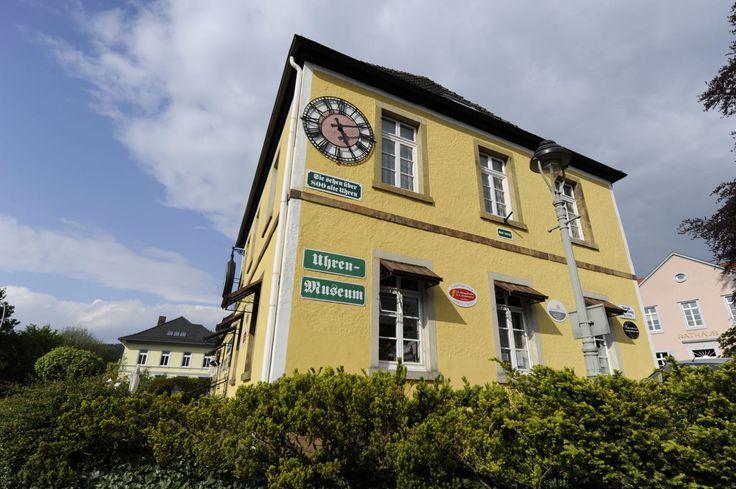 Das Uhrenmuseum in Bad Iburg ist ein Museum mit 800 funktionstüchtigen Zeitmessern. Kaum eine zeigt die richtige Uhrzeit an. Zeit ist hier nämlich relativ.