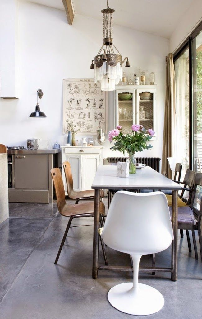 I especially love the large poster with the vintage elements, it's such a great assett in this kitchen.