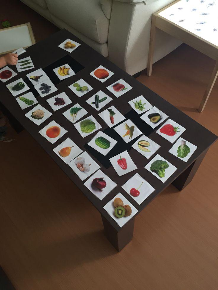 Un Juego que crece con tus peques.  Parte 1.  Imágenes de frutas y verduras. Impresas por pares y protegidas por forro de libros.    Juego 1: Asociar imágenes mientras que nombras las frutas y verduras con imágenes reales, no dibujos.   Juego 2: para los mayores puedes jugar a encontrar las parejas dando la vuelta a las tarjetas. Juego 3: separar las frutas de las verduras. Juego 4: Ir a la nevera y sacar toda tu intendencia para ponerla sobre las tarjetas ¡ un toque de realidad nunca viene…