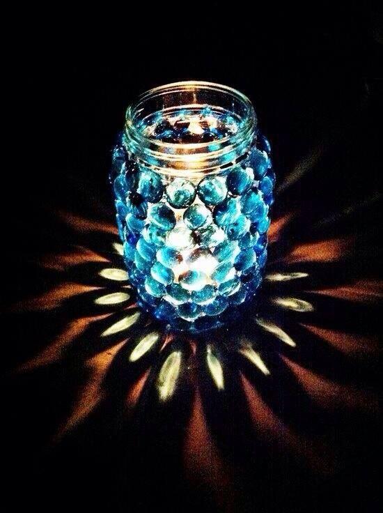 Kerze im Glas mit Muggelsteinen