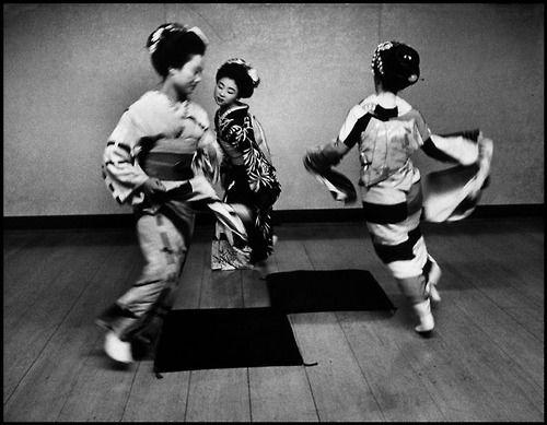 2plus2equals3 | adreciclarte:   Dennis Stock - Geiko Dance, Japan...