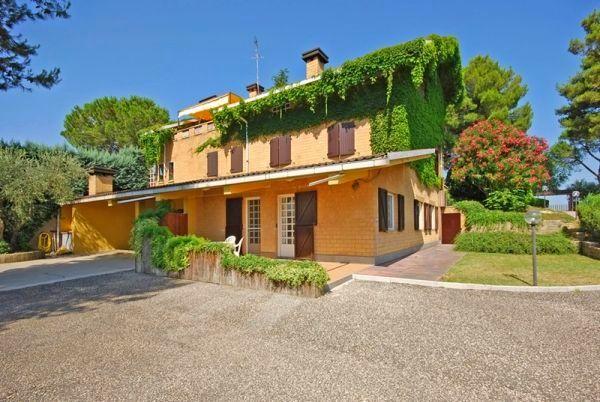 In de buurt van Rome! Dit vakantiehuis met ruime tuin en privé- terras ligt op een half uurtje rijden van Rome. En het mooie strand van Fregene vind je op ca. een uurtje rijden.