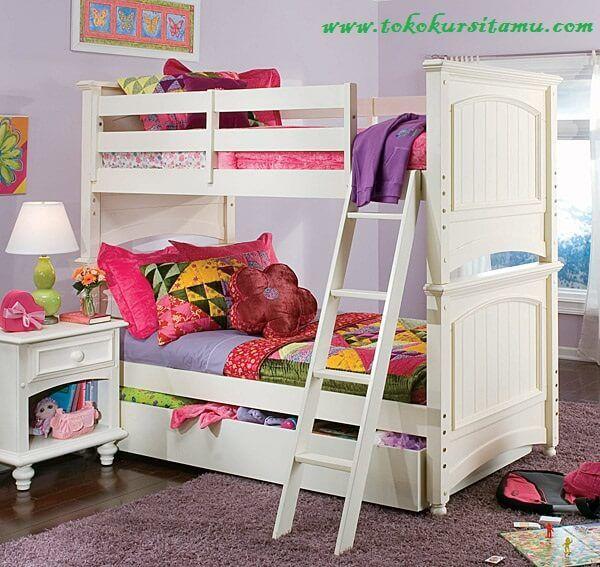 Tempat Tidur Anak Tingkat TTT-001 terbuat dari material kayu mahoni disempurnakan dengan finishing cat duco putih yang fresh buat kamar anak.