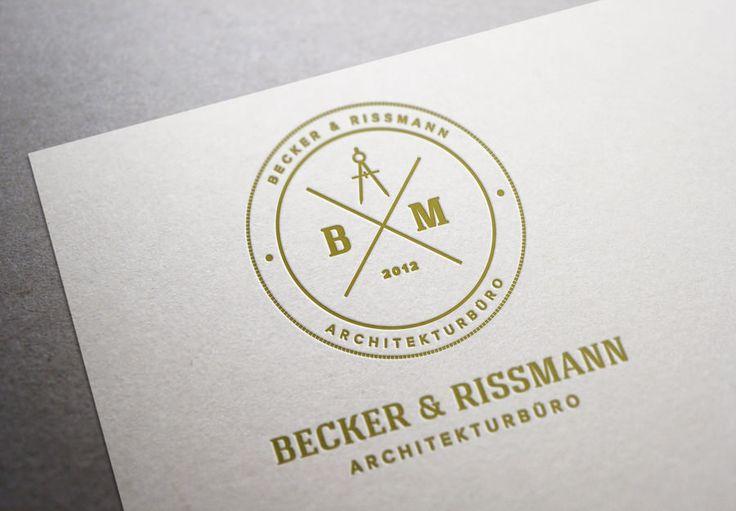 """Für die Karriere sollte man in jedem Fall Visitenkarten gestalten, die über ein professionelles Design verfügen. Eine Karte ist das Aushängeschild des eigenen Unternehmens und sollte aus diesen Gründen mit besonderer Sorgfalt erstellt werden. Hier spiegelt sich der persönliche Stil des Besitzers wider, als Werbeträger ist eine Visitenkarte unerlässlich und Teil der so genannten """"Corporate Identity""""."""