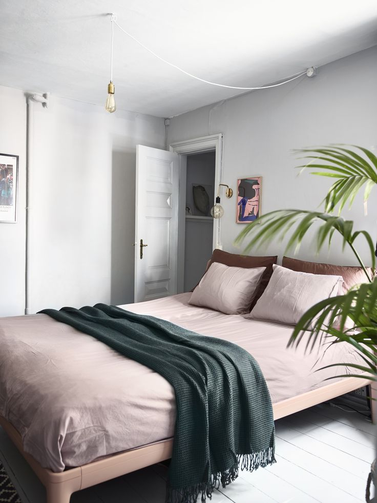 Lovely bedroom with a lot of textiles and great inspiring decorating ideas.