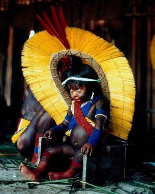 Povos nativos do Brasil. Retrato de uma criança Kaiapo, com indumentária para a cerimônia de  Nomeação.  Fotografia: © G. Verswijver.