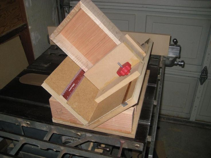 Table Saw Spline Jig by badshot -- Homemade table saw spline jig constructed from MDF, 2x4, and hardware. http://www.homemadetools.net/homemade-table-saw-spline-jig
