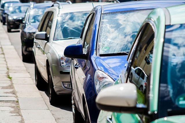 Urlaub mit dem Auto: Tipps gegen den Stau. Staus auf deutschen Autobahnen sind längst Dauerzustand – das zeigt auch die ADAC Staubilanz 2015, die alle Rekorde schlägt: Alle gemeldeten Staus zusammen kommen auf eine Gesamtlänge von mehr als 1,1 Millionen Kilometer Stau. Die Gesamtdauer aller Staus beläuft sich auf mehr als 39 Jahre. http://der-seniorenblog.de/seniorenreisen/reisenachrichten-reisenews/ - CC0
