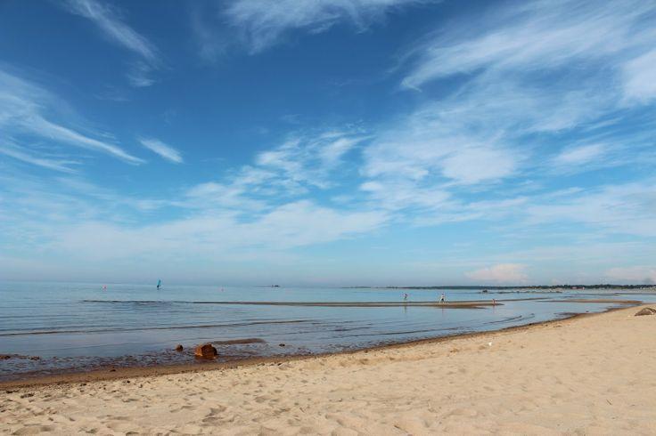 Kalajoen hiekkasärkät ovat Pohjanmaan rannikolla suosittu lomanviettokohde. Matalaa merenrantaa jatkuu pitkälle rannasta.