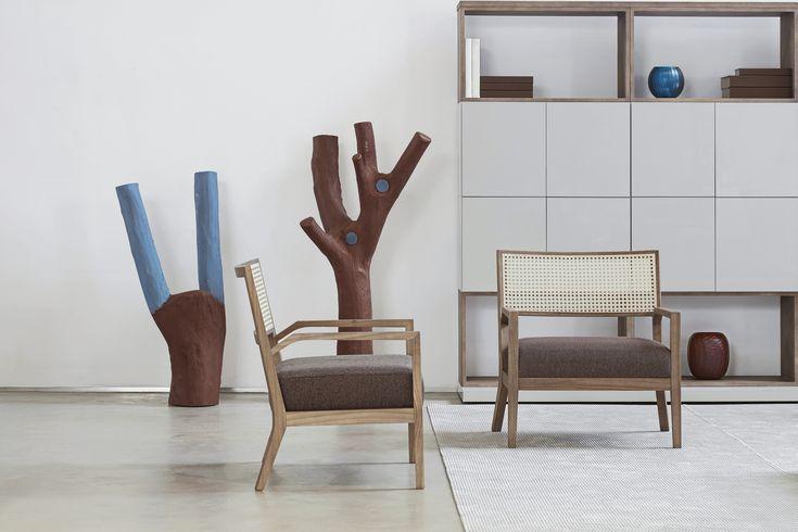 Cícero Alves dos Santos, mais conhecido como Véio, nasceu no sertão de Sergipe. Em BH é representado pela galeria Orlando Lemos. Seu trabalho em madeira pintada é destaque nas ambientações da Lider Interiores. As obras fazem um belo contraponto com as peças de desenho contemporâneo, como as cadeiras Aurora, do Estúdio Lider de Design. Aliás, a palhinha no encosto das cadeiras é mais uma elemento carregado de brasilidade.
