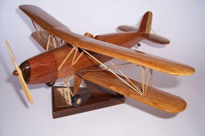 Model letadla ze dřeva ve vzletové poloze včetně stojánku s věnováním. AERO-C-104-BUCKER-BU131