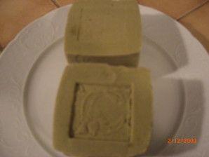 voila a peu près 1 an que je n'achète plus de produits ménager: une recette de savon noir fait maison : pour détacher le linge avant lavage pour nettoyer les sols pour toutes surfaces lavables pour les pucerons dans mes rosiers en fait je m'en sert pour...
