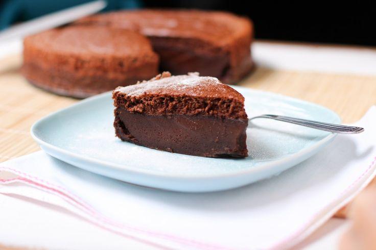gâteau magique au chocolat----------------Ingrédients:   - 4 oeufs à température ambiante - 150 g de sucre - 1 cuillère à soupe d'eau (15 ml) - 125 g de beurre - 70 g de farine - 45 g de cacao en poudre non sucré (type Van Houten) - 2 pincées de sel - 500 ml de lait entier