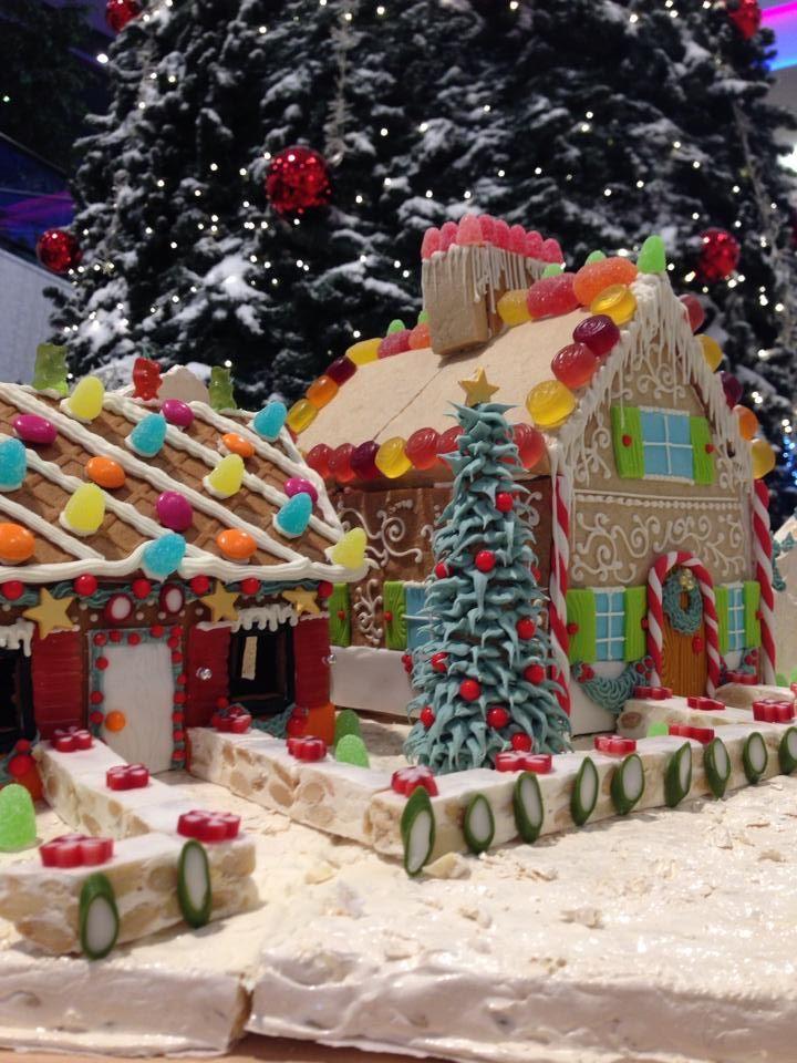 Guardate che meraviglia! Non sola casetta di panpepato, ma un intero borgo innevato costruito su torrone e decorato con caramelle e ghiaccia reale.