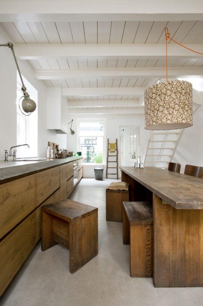 Houten keuken, licht aanrechtblad, afzuigkap in de muur.