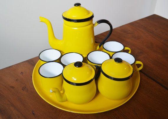 Emaille-Gelber Tee-Set Eine Art voll mit Tablett  von Trashtiques