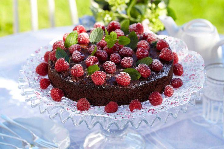 Oppskrift på en fantastisk god kake med deilig smak av appelsin og bringebær. Absolutt kakebordets midtpunkt. Litt krem eller god is kan serveres til. Oppskriften gir ca 12-14 stykker.