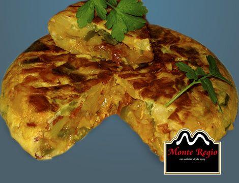 Tortilla de patata con cebolla, pimiento verde y jamón ibérico #MonteRegio ¡Feliz Viernes!