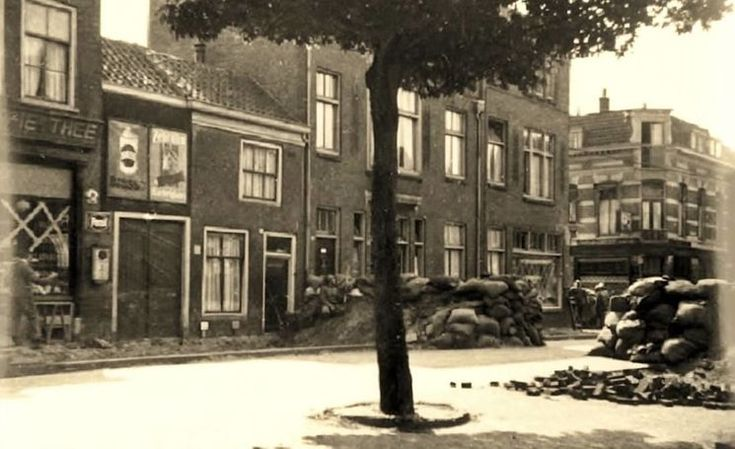 Dordrecht<br />Dordrecht: Nederlandse militairen achter barricades op de hoek Albert Cuypsingel - Spuiweg. De foto is waarschijnlijk in de middag van 11 mei 1940 gemaakt.