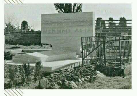 #MehmetAkifErsoy 'un 1.Boğaz Köprüsü çevre yolları yapılırken kabrinin şimdiki yerine taşındığını biliyor muydunuz? İstiklâl Marşının şairine kabrinde rahat vermemişiz.   İlk fotoğraf şu an üzerinden E5 bağlantı yollarının geçtiği mezarına ait...