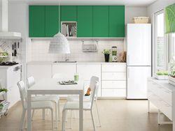 ホワイトのキッチンにグリーンの扉とホワイトのワークトップ。
