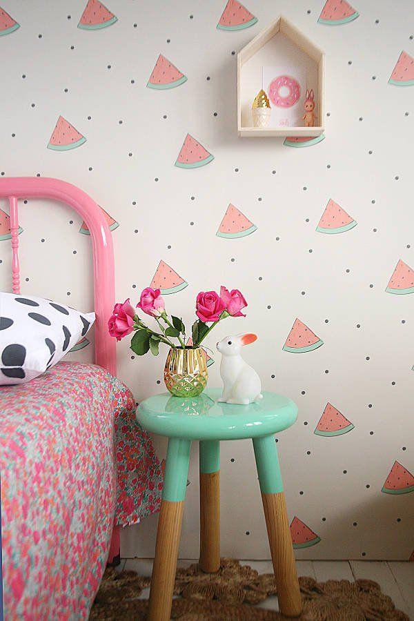 Delightful designer children's wallpaper from Jimmy Cricket / Este lindo patrón se puede hacer con pintura, se podría usar un stencil con la figura o una esponja con la forma y usarlo como sello