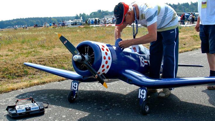 F4U CORSAIR GIANT SCALE RC MODEL AIRPLANE FLIGHT / Meeting Gatow 2015 *1...
