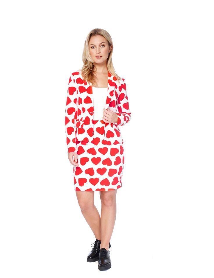 Costume Mrs. Reine des coeurs femme Opposuits : Cet Opposuits™ reine des coeurs pour femme se compose d'une veste et d'une jupe (haut et chaussures non inclus). L'ensemble du costume est blanc avec des motifs coeurs.La...