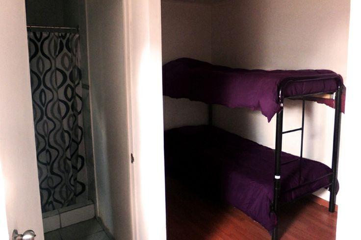 la pieza 41 es una pieza con 4 camas, solamente para mujeres!! La pieza tiene 2 camarotes, es feminina y tiene un bano adentro del dormitorio.